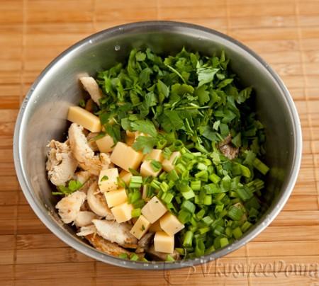 добавляем зеленый лук и петрушку