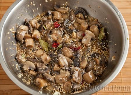 грибы заливаем маринадом и хорошо перемешиваем