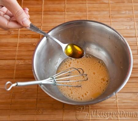 во взбитое яйцо добавляем оливковое масло