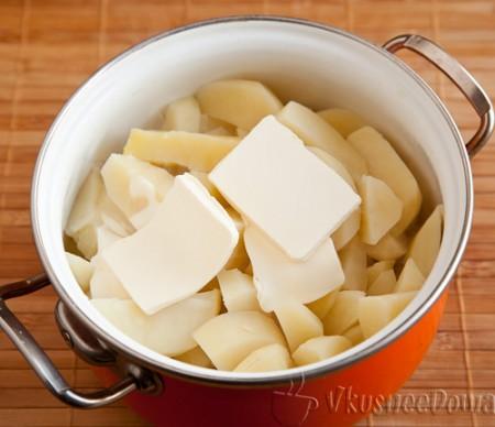 сливаем воду и добавляем сливочное масло