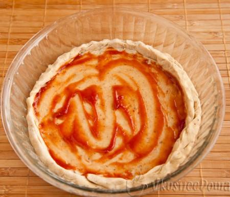 смазываем томатным соусом