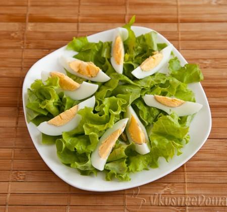 вареное яйцо делим на 6-8 частей
