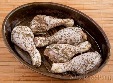 в смеси специй хорошенько обваливаем куриные ножки