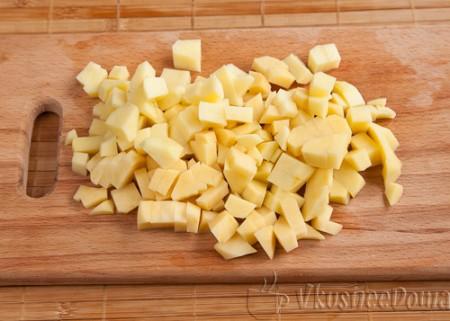 картошку нарезаем кубиками
