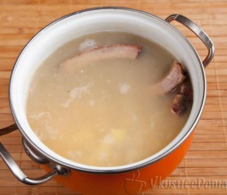 в суп картошку кладем вместе с ребрами