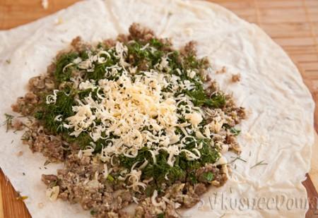на лист лаваша выкладываем: фарш, сыр и зелень
