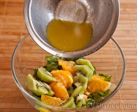 заправляем соусом салат