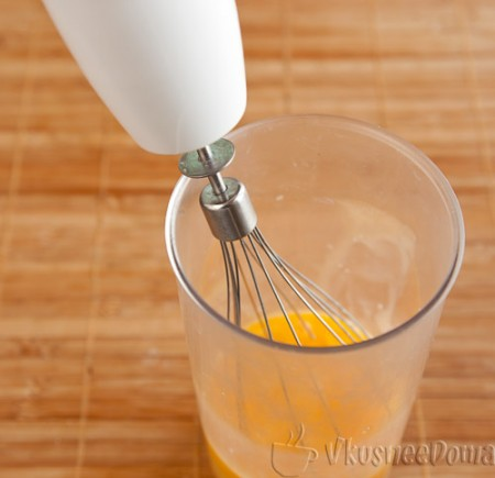 взбиваем яйца с сахаром