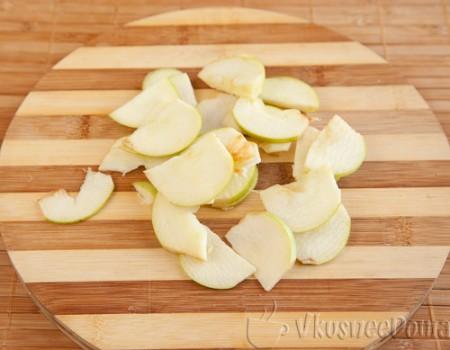 яблоки очищаем и нарезаем