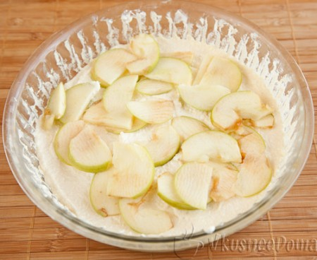 выкладываем 1/2 творожной массы и яблоко
