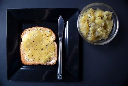 варенье из киви и банана намазанное на кусочек белого хлеба