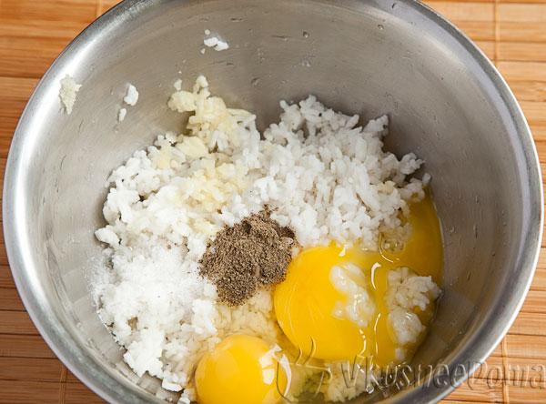 соединяем рис, яйца, соль и перец