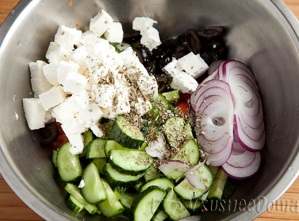посыпаем орегано и заправляем оливковым маслом