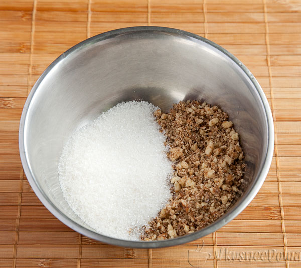 смешиваем орехи и сахар