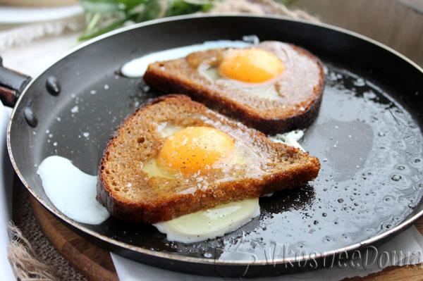 в хлеб вбиваем яйцо