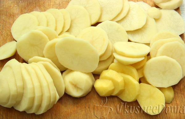 картофель нарезаем ломтиками