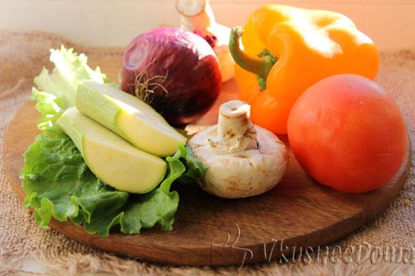 Овощи гриль на сковороде с грибами