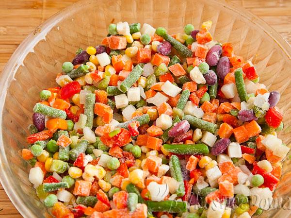замороженную овощную смесь выкладываем в форму