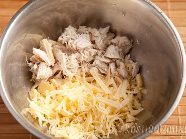 нарезанное куриное филе и тертый сыр