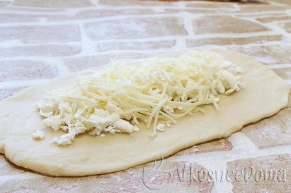 по центру каждой лепешки выкладываем сыр