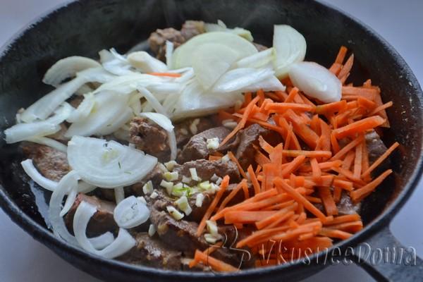 добавляем морковь и лук