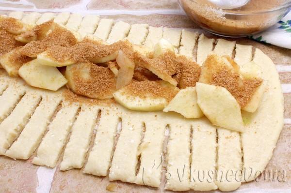выкладываем яблоки, корицу и сахар