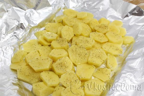 картошку выкладываем на противень с фольгой