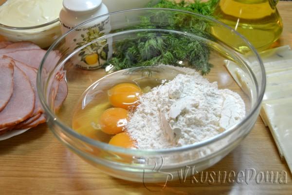 соединяем яйца,муку и соль