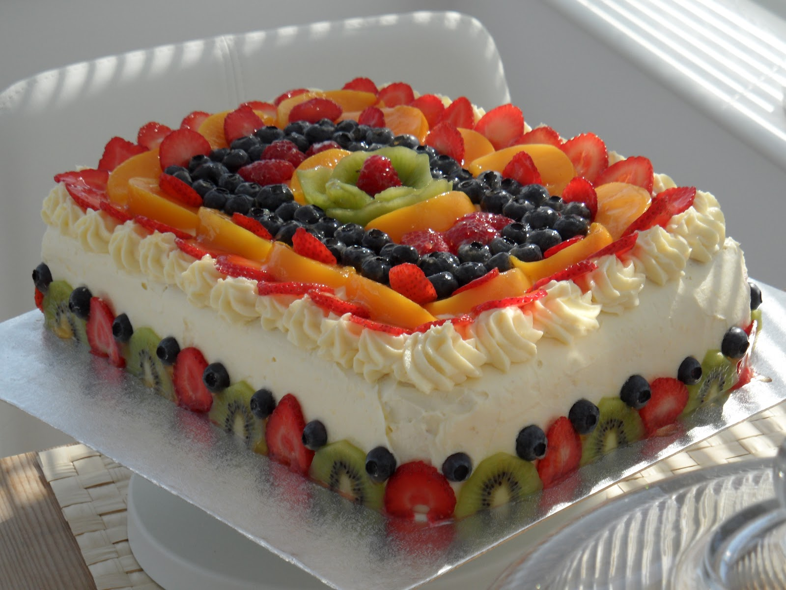 Как украсить торт виноградом