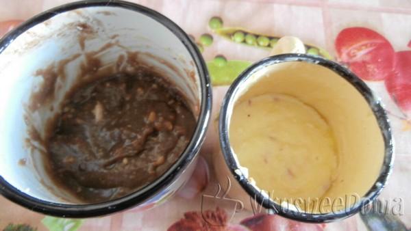 в полученную смесь добавляем масло и арахис