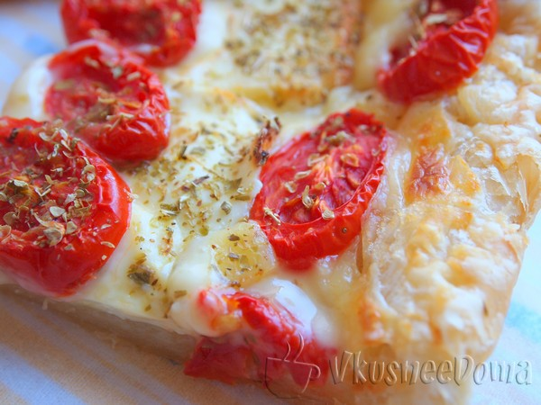 Слоеный пирог с сыром из готового теста с помидорами