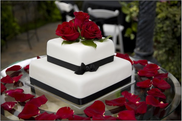 wedding-cake-lovely-minimalist-modern-two-tier-black-and-white-wedding-cake-with-gorgeous-red-roses-topper-extraordinary-modern-wedding-cakes-collection