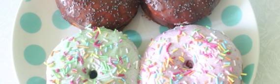 Пончики дрожжевые в цветной глазури