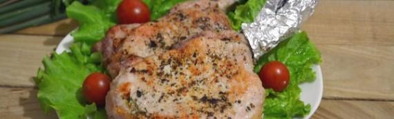 Свиной стейк на сковороде с итальянскими травами