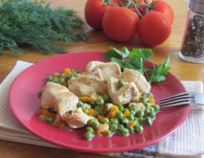 Разноцветное куриное филе с овощами на сковороде