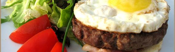 Бифштекс с яйцом: рецепты и споры о том, к какой кухне отнести это блюдо