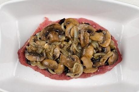 Приготовление говядины с черносливом и грибами