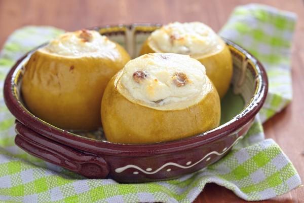 запечённые яблоки в духовке с мёдом и изюмом