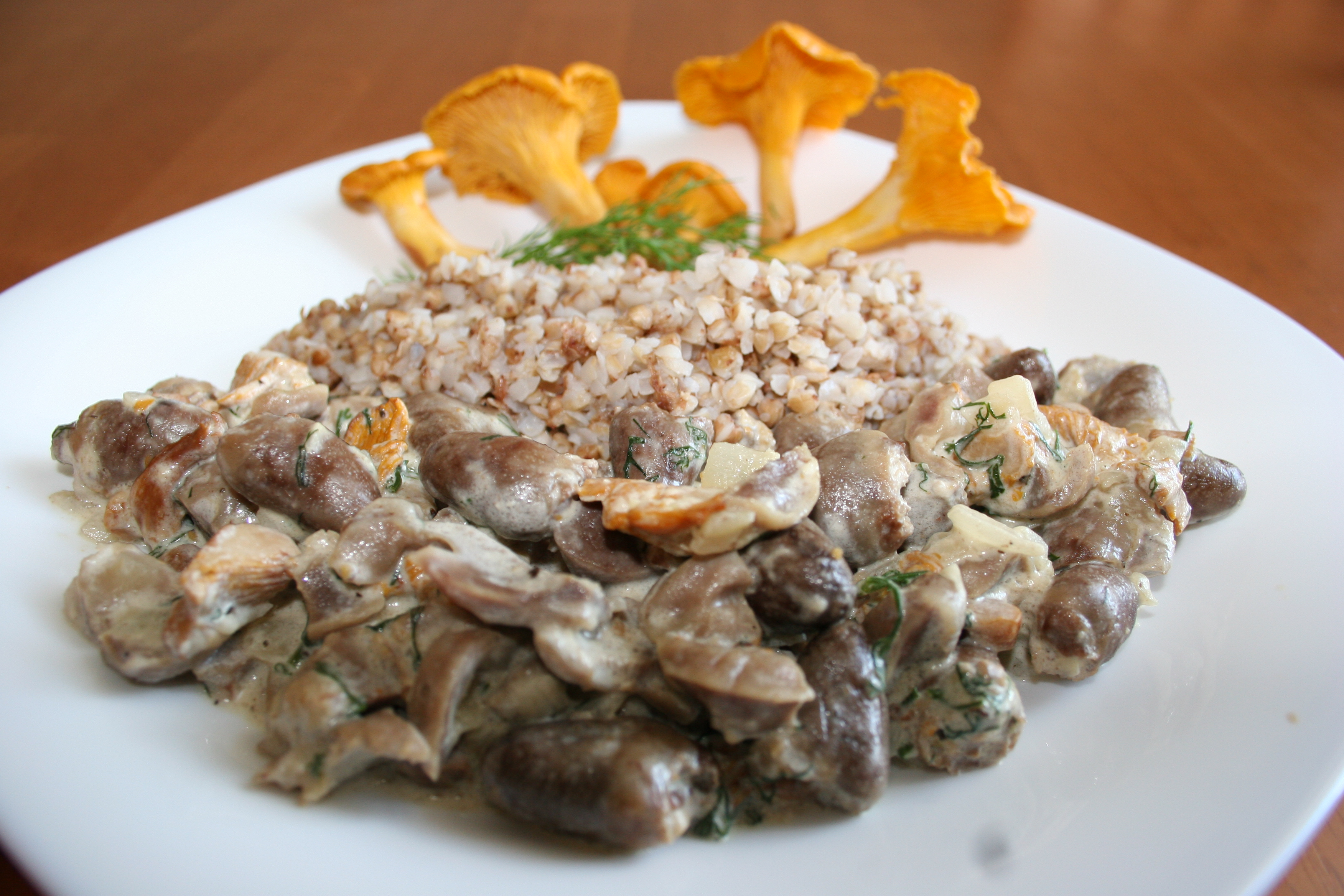 как тушить куриные желудки в сметане с грибами и гречкой