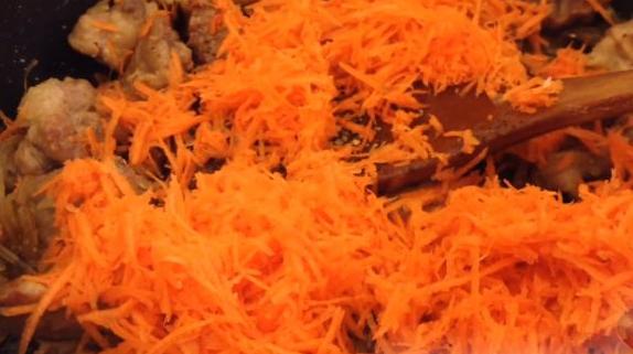 Всыпать в мясо морковь