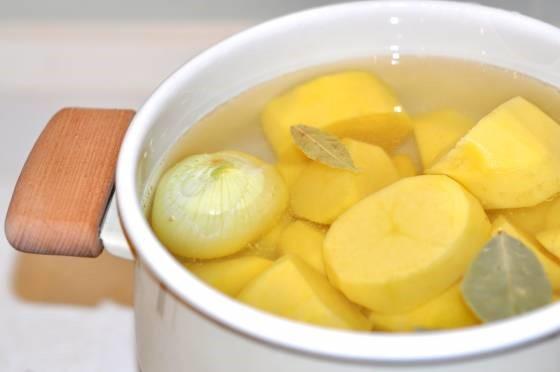 нарезать картофель в каструлю