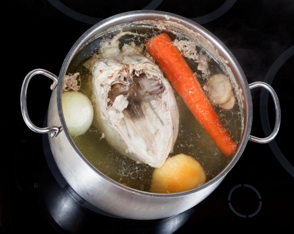 Довести до кипения курицу, морковь, лук