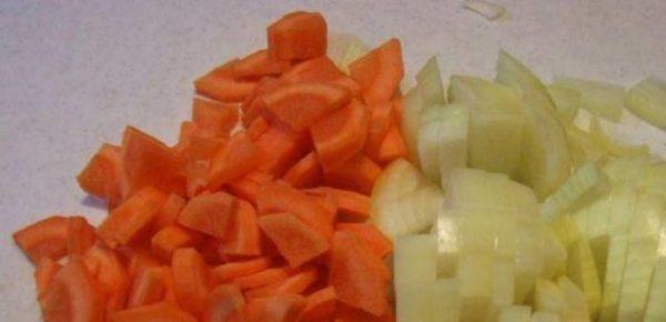 Нарезать лук с морковью