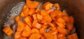 Когда мясо побелеет и пустит сок, к нему нужно присоединить морковь