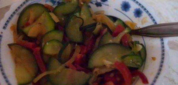 Вторую половину капусты добавить к огурцам