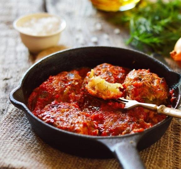 Луковые котлеты в томатном соусе