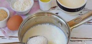 Молоко наливают в кастрюлю или сотейник, добавляют к нему соль и сахар