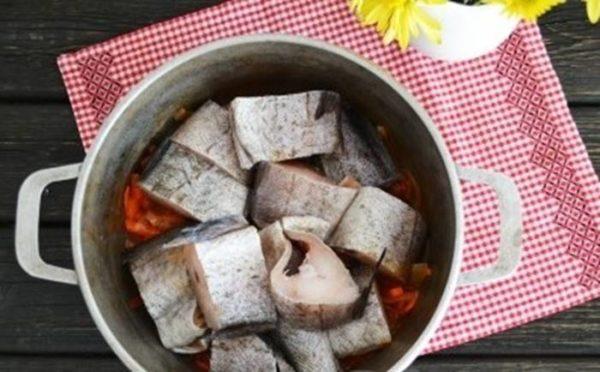 Разложить рыбу поверх овощей