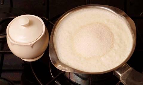 За 2 минуты до отключения плиты блюда заправляют сахаром и солью и размешивают