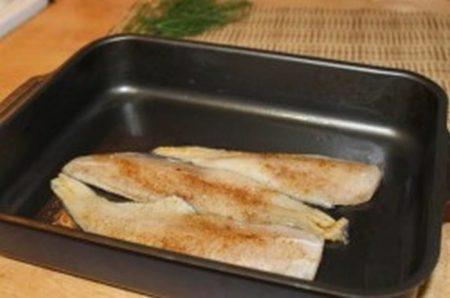 Рыбу складывают в смазанную форму